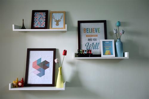 Các lọ hoa, bức tranh, typography đơn giản ở phòng khách.