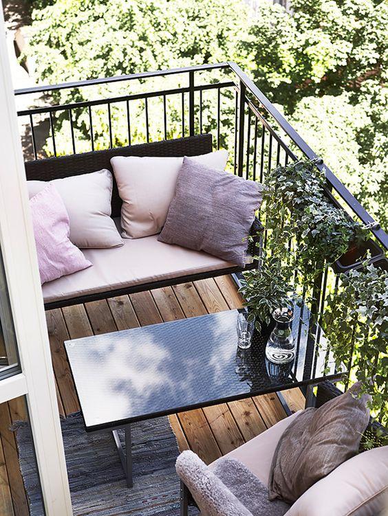 Ý tưởng thiết kế ban công để đàm đạo với chiếc bàn và bộ ghế nhỏ xinh giúp tận dụng tối đa không gian và còn phục vụ cho nhiều mục đích khác nữa.