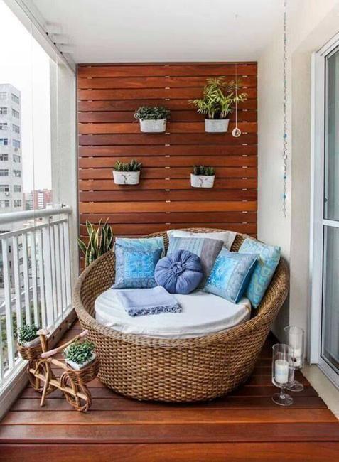 Chiếc ghế nệm êm ái dành cho một người ngồi có hướng nhìn ra bên ngoài kèm với một vài chậu cây dạng treo để ban công thêm đẹp. Như thế là bạn đã có được cho mình một nơi thư giản như ý.