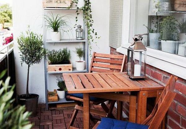 Một chiếc ghế đa năng sẽ rất hợp với những ban công có diện tích nhỏ, bạn sẽ góc uống nước, ăn sáng lý tưởng. Khi dùng xong bạn gấp lại để sử dụng không gian này vào nhiều mục đích khác.