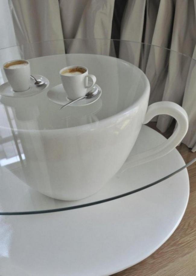 Chiếc tách khổng lồ trong phòng khách là ý tưởng không tồi cho những ai thích sự sáng tạo và phá cách trong không gian.