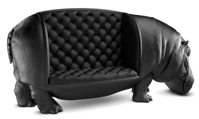 Và một chiếc sofa nữa, một con hà mã khổng lồ bọc da đen chất lừ!