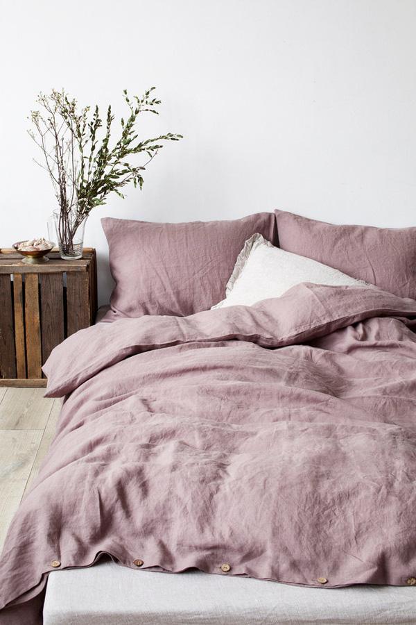 Chiếc giường của bạn sẽ trở nên bắt mắt hơn khi sở hữu những chiếc gối thật mềm và chiếc chăn thật to đầy quyến rũ.Hãy thử những cách nhỏ này và căn phòng của bạn sẽ trở nên cực kì thu hút với nét hiện đại, tinh tế đến không ngờ.