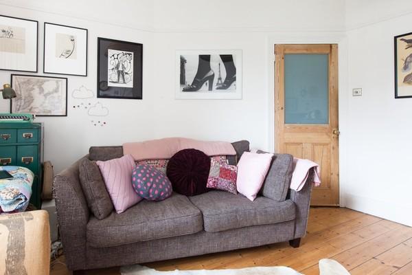 Phòng khách là sự pha trộn giữa các mảnh ghép hiện đại và cổ điển.