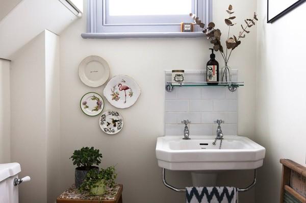 Phòng tắm cũng là sự pha trộn giữa cổ điển và hiện đại.