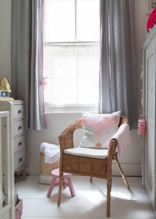 Rèm cửa màu xám được mẹ Caroline may thêm đường diềm là nhữgn quả cầu tí hon bằng len màu hồng ngộ nghĩnh.