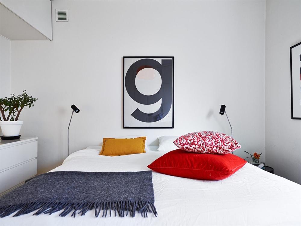 12. Mẫu phòng ngủ nhỏ, được nhấn bởi những chiếc gối nhiều màu sắc