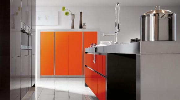 2. Tủ bếp với tông màu ghi điểm nhấn cam đẹp