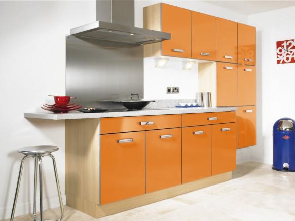 4. Thùng bếp bằng gỗ tự nhiên, mặt diện bằng chất liệu gỗ công nghiệm phủ màu cam nổi bật