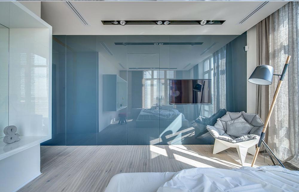 5. Phòng ngủ với tông màu xanh đẹp bằng chất liệu kính