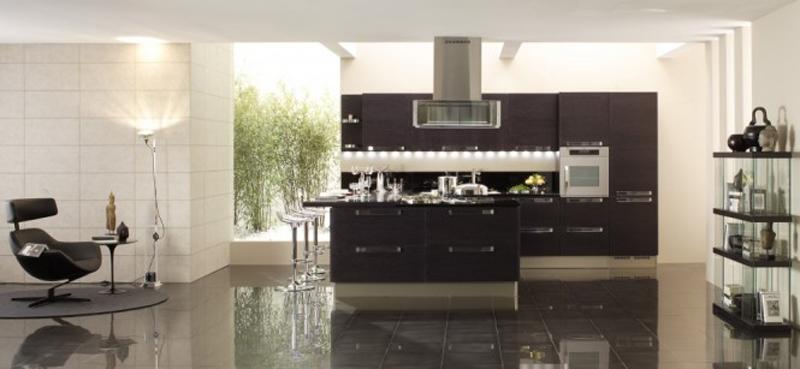 6. Tông tủ bếp màu đen sang trọng