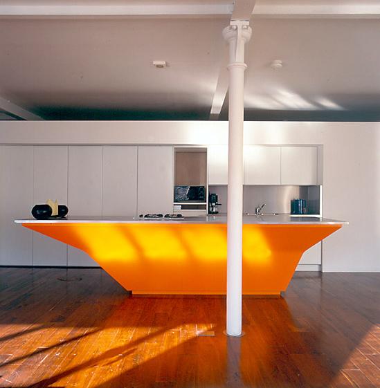 7. Mẫu tủ bếp hiện đại với tông màu trắng, bar bếp điểm nhấn với màu cam nổi bật