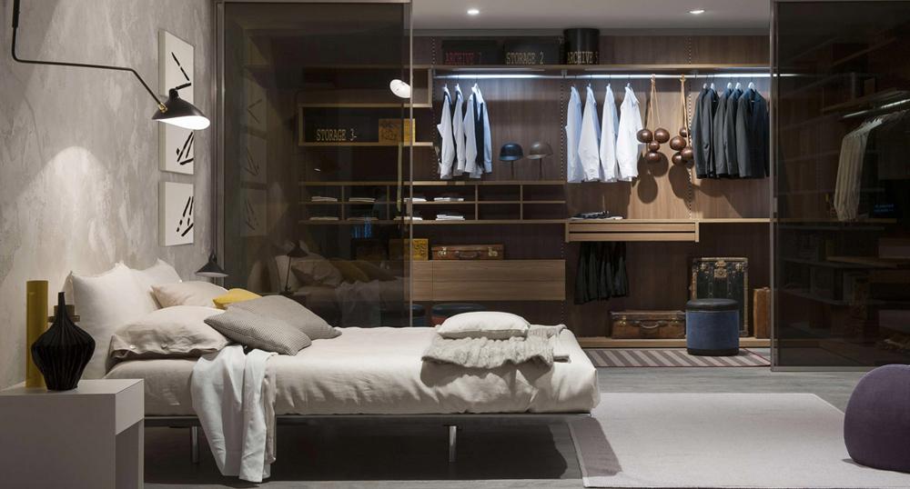 Phòng ngủ được nổi bật bởi tủ áo sang trọng với màu vân gỗ