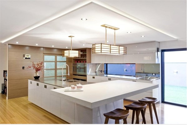 Nhà bếp màu trắng hiện đại, sử dụng đèn, cửa sổ,... lấy cảm hứng từ không gian Nhật. Đó cũng là cách để Đông - Tây gặp nhau.