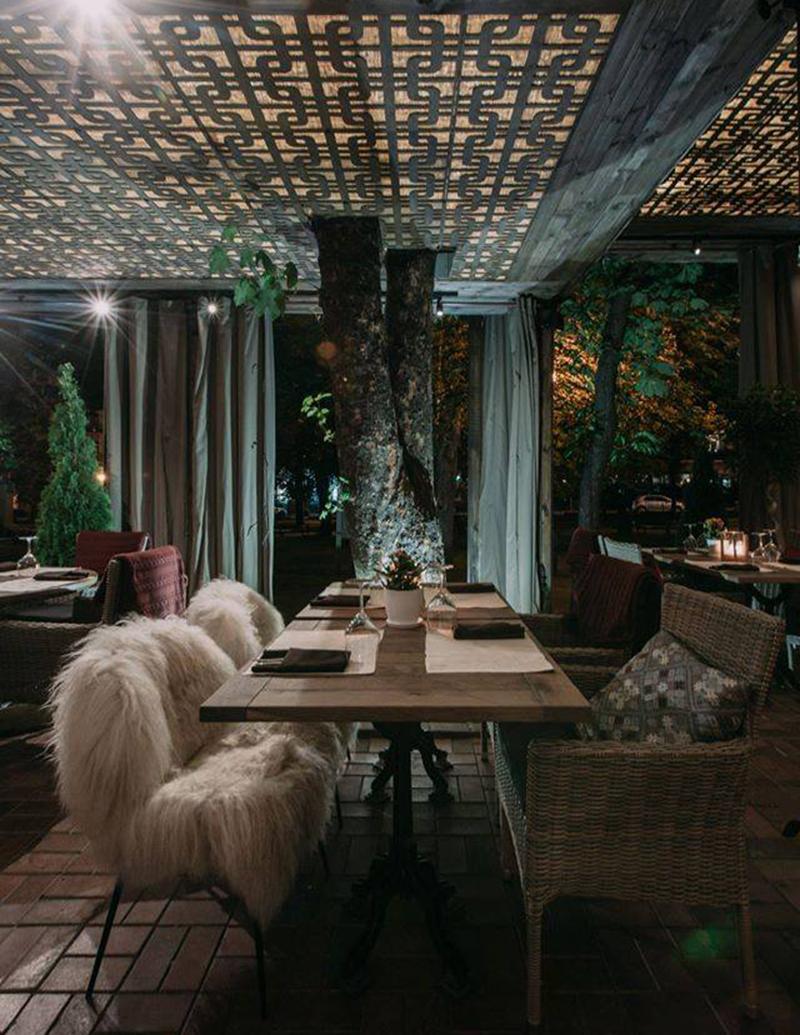 Hình 05: Thiết kế nội thất nhà hàng sang trọng hợp phong thủy