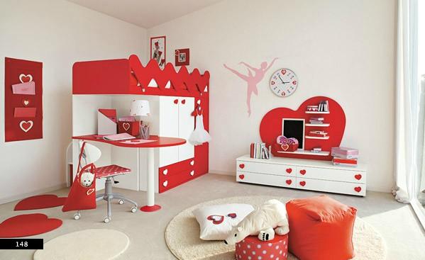 2. Màu sắc đỏ khiến cho căn phòng thêm ấm áp hơn. Đồng thời ánh sáng tự nhiên và màu trắng sữa giúp căn phòng được cân bằng