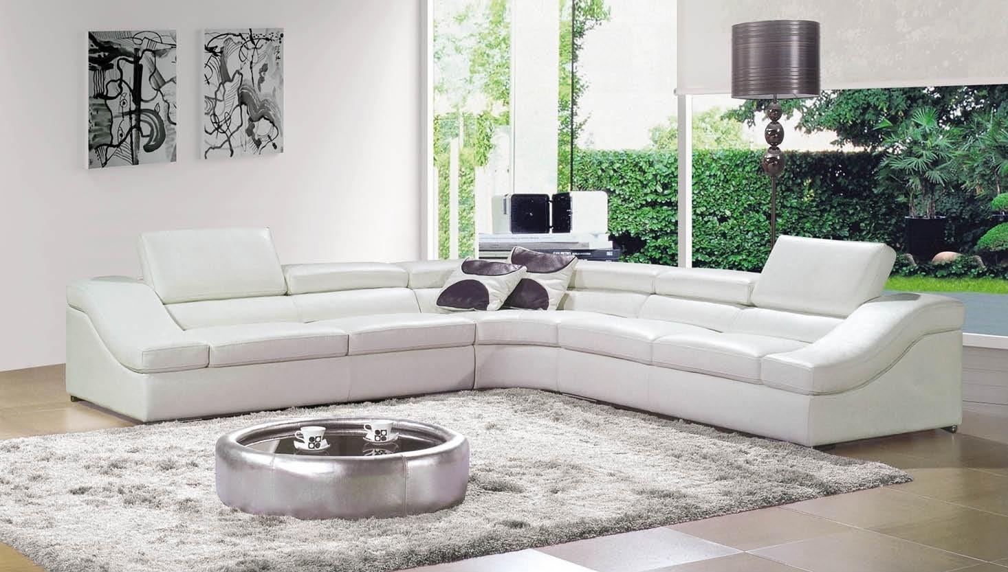 Chiếc bàn màu bạc tạo điểm nhấn cho phòng khách