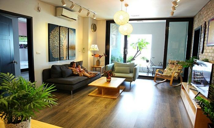 Cân bằng cây xanh và các nội thất trong phòng khách