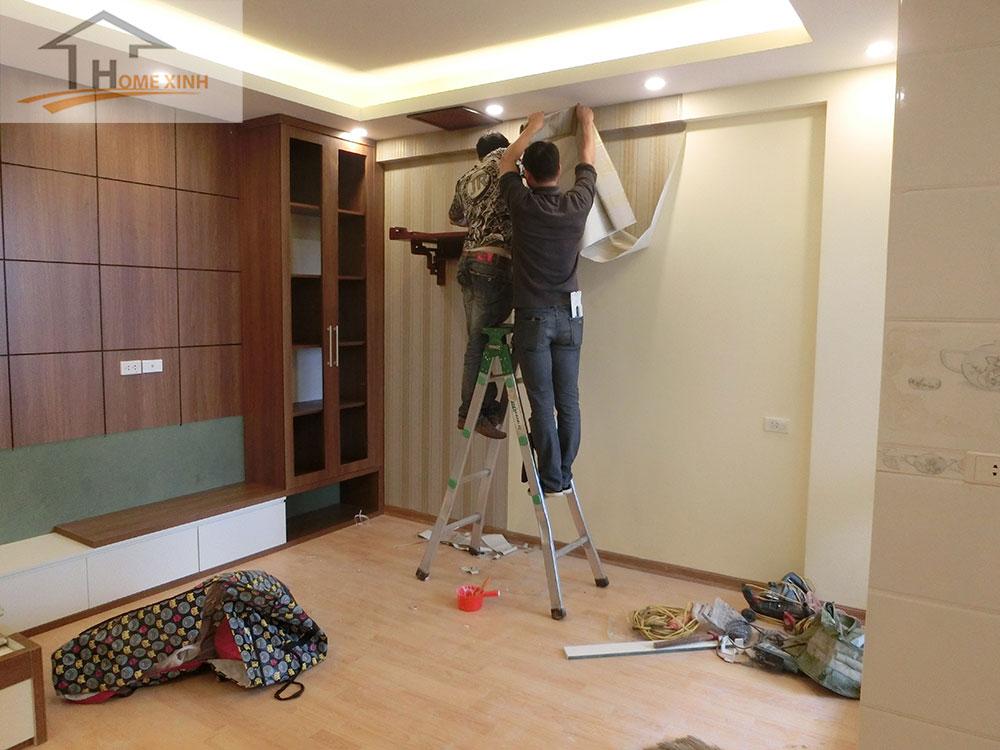 Thực hiện dán giấy tường phòng khách chung cư 183 Hoàng Văn Thái