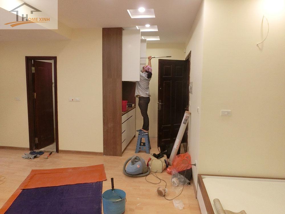 Nhân viên đang dọn vệ sinh các hạng mục nội thất trong căn hộ