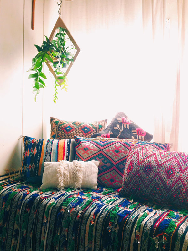 Phong cách bohemian trong nội thất ưu tiên sử dụng họa tiết độc đáo