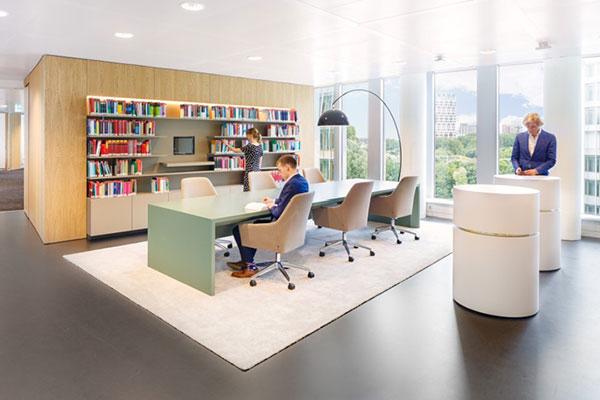 Thiết kế văn phòng với kệ sách lớn