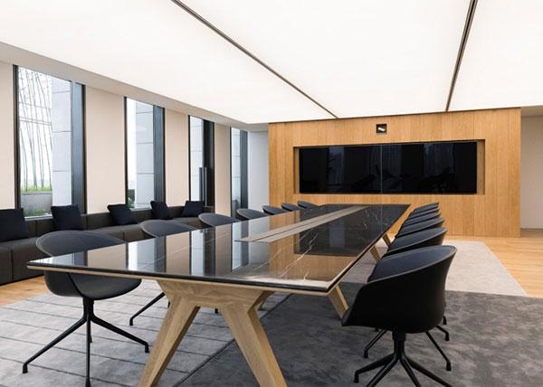Thiết kế văn phòng với tông màu trắng – đen cùng màu gỗ