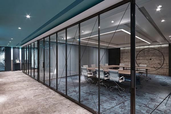 Không gian văn phòng thiết kế mở với kính