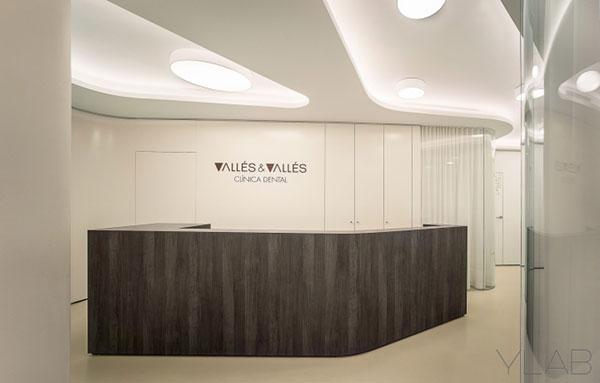 Quầy lễ tân văn phòng công ty được thiết kế đơn giản, tinh tế