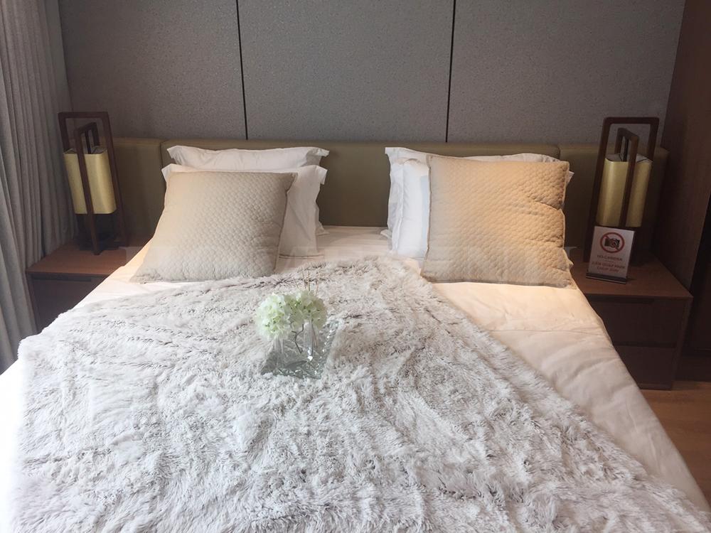 Giường ngủ hiện đại của phòng ngủ master
