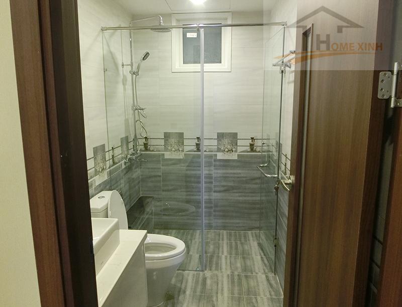Phòng vệ sinh được làm cửa kính tắm