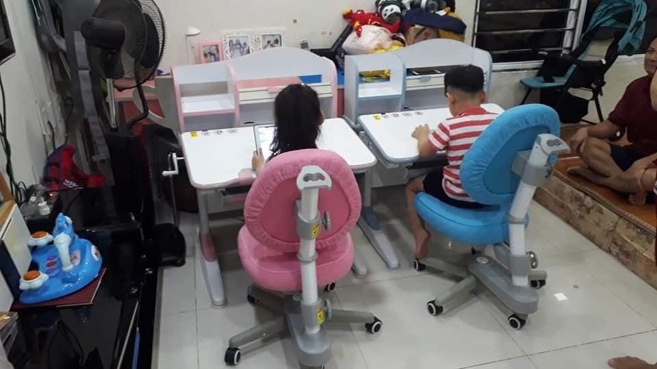 Bàn học chống gù DRZ-18003 giúp bé có được tư thế ngồi thoải mái khi ngồi học