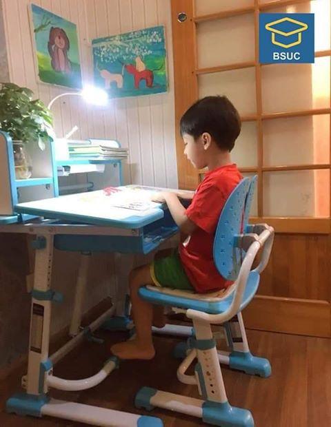 Bàn học chống gù JD-303 là sự lựa chọn hoàn hảo cho trẻ nhỏ đang trong độ tuổi từ 5 đến 16 tuổi